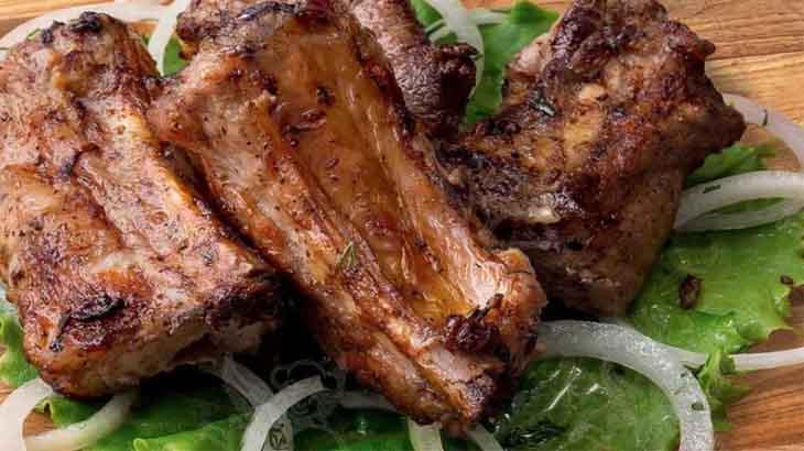 Жареные свиные ребрышки с луком