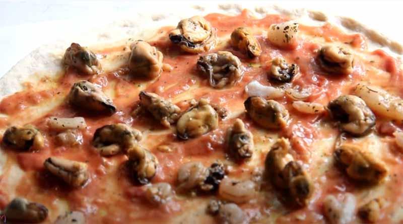 Морепродукты на пицце