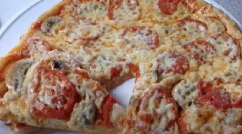 Пицца с грибами сыром и помидорами