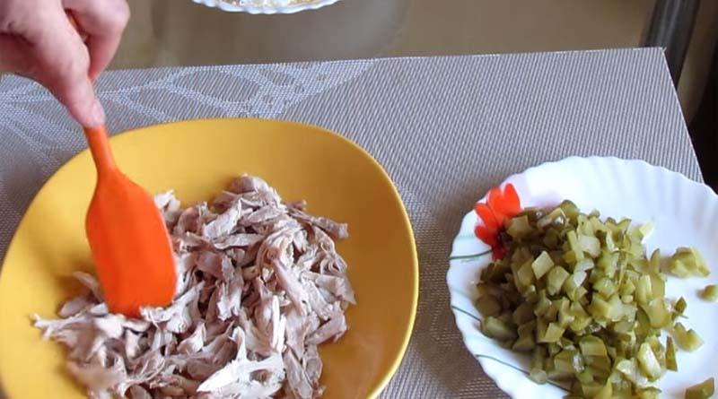 Курица в слоеном салате