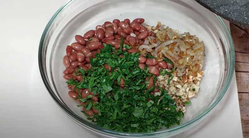 Петрушка и жареный лук в салате