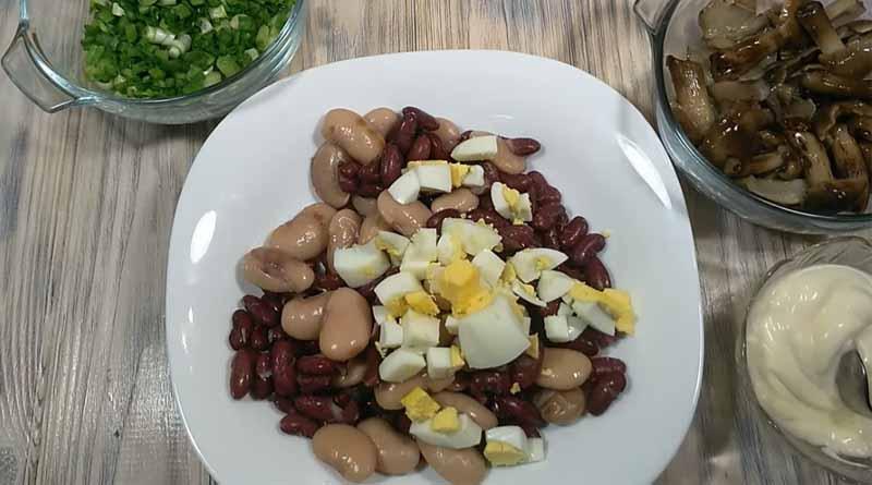 Фасоль и рубленные яйца на тарелке