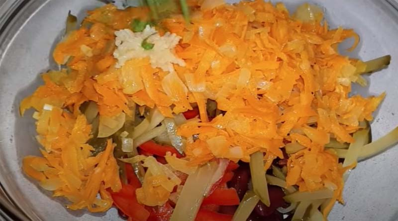 Добавление обжарки и чеснока в салат
