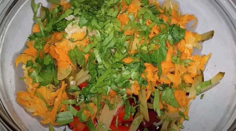 Приготовление салата с зеленью