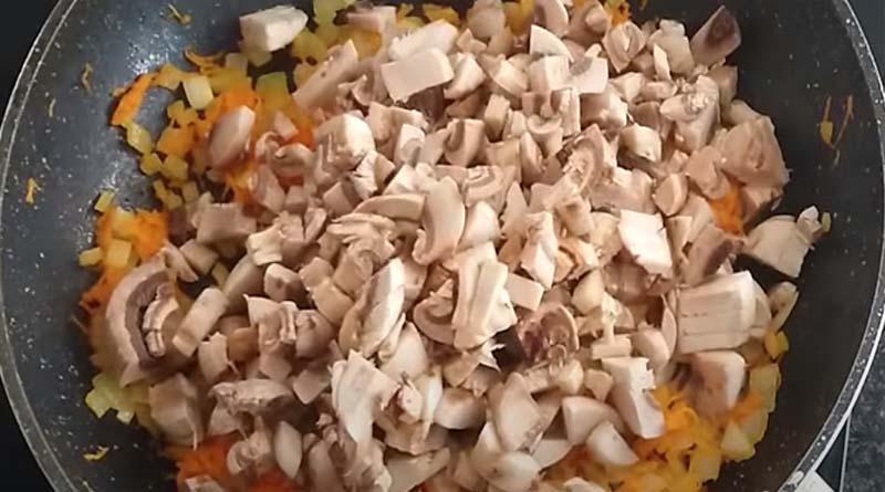 Грибы с овощами на сковороде