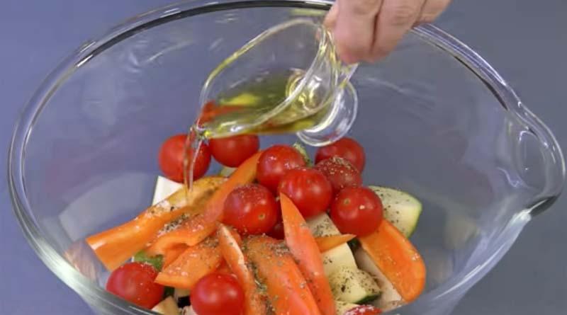 Овощи с оливковым маслом в салатнике