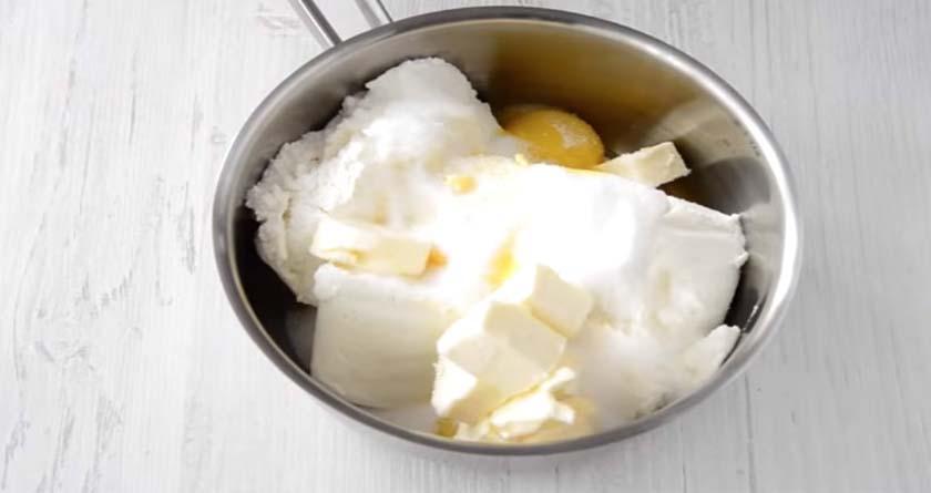 Смесь творога с маслом и яйцами