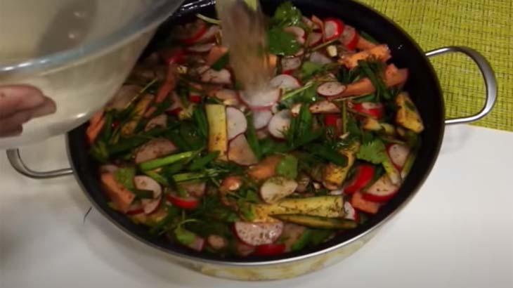 Измельченные овощи в кастрюле