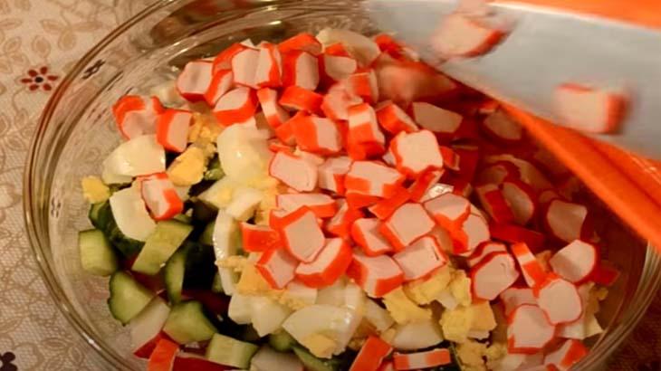 Крабовые палочки в салатнике