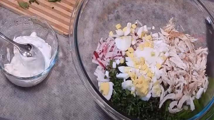 Салат с редисом и яйцом
