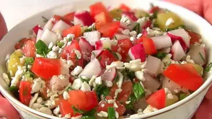Салат с редисом, творогом и помидорами