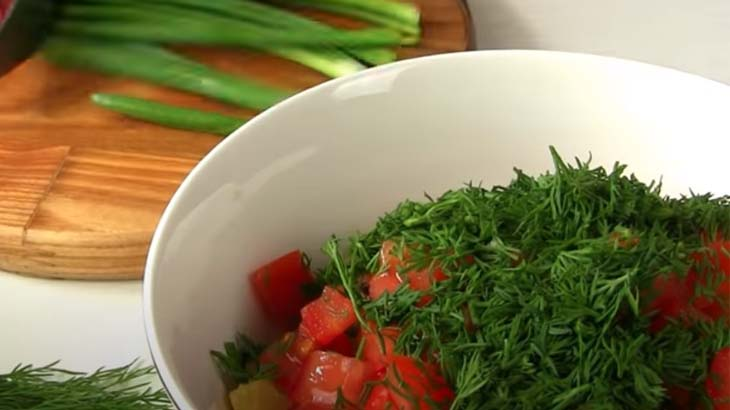 Укроп и помидоры в салатнике