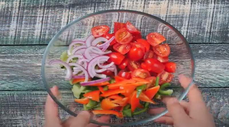 Помидоры и лук в салатнике