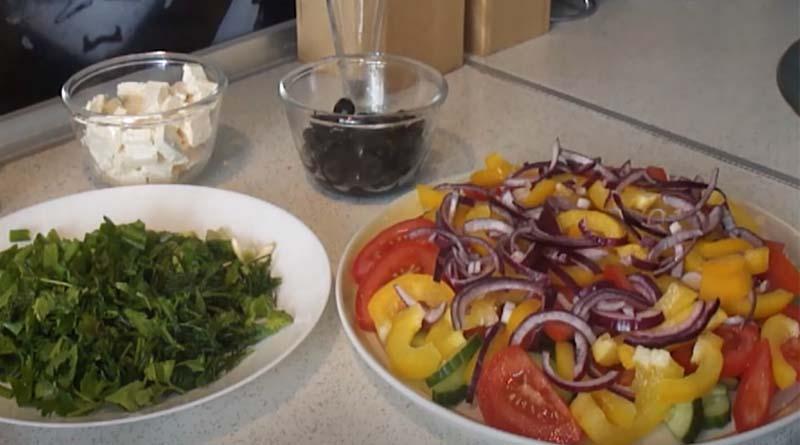 Формирование овощного салата с брынзой