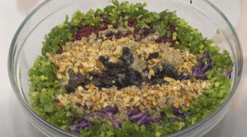 Салат из капусты с сухофруктами и орехом