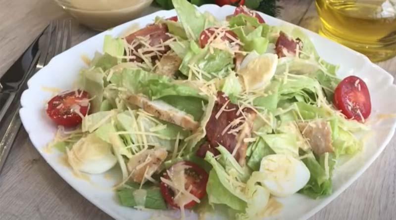 Салат Цезарь с  перепелиными яйцами