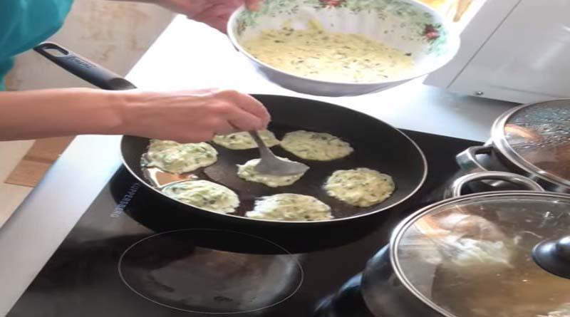Формирование оладушек на сковороде